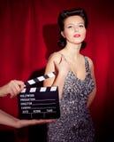Θηλυκός τραγουδιστής με το αναδρομικό μικρόφωνο στοκ φωτογραφίες με δικαίωμα ελεύθερης χρήσης