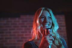 Θηλυκός τραγουδιστής που αποδίδει στη συναυλία μουσικής Στοκ Φωτογραφία