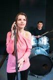 Θηλυκός τραγουδιστής στο μικρόφωνο σκηνικής εκμετάλλευσης Στοκ φωτογραφία με δικαίωμα ελεύθερης χρήσης