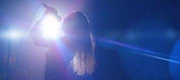 Θηλυκός τραγουδιστής στο νυχτερινό κέντρο διασκέδασης Στοκ εικόνα με δικαίωμα ελεύθερης χρήσης