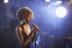 Θηλυκός τραγουδιστής της Jazz στη σκηνή Στοκ Φωτογραφία