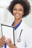 Θηλυκός υπολογιστής ταμπλετών γιατρών γυναικών αφροαμερικάνων Στοκ Εικόνες