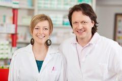 Θηλυκός φαρμακοποιός με το συνάδελφο στο φαρμακείο στοκ φωτογραφία με δικαίωμα ελεύθερης χρήσης