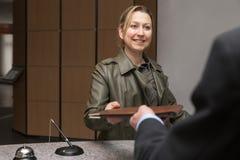 Θηλυκός φιλοξενούμενος σε ένα ξενοδοχείο στοκ εικόνα με δικαίωμα ελεύθερης χρήσης