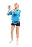 Θηλυκός φορέας χάντμπολ που κρατά μια σφαίρα Στοκ Εικόνα