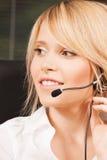 Θηλυκός χειριστής γραμμών βοήθειας με τα ακουστικά στοκ φωτογραφία