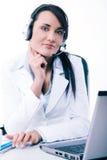 Θηλυκός χειριστής υπηρεσιών τηλεφωνικών κέντρων στην εργασία Ελκυστικός υπάλληλος helpdesk θηλυκών με την κάσκα στον εργασιακό χώ Στοκ Εικόνα