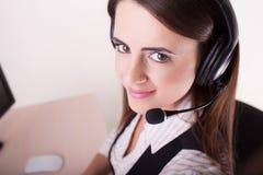 Θηλυκός χειριστής υποστήριξης πελατών με την κάσκα και το χαμόγελο Στοκ Εικόνες
