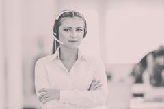 Θηλυκός χειριστής υποστήριξης πελατών με την κάσκα και το χαμόγελο Στοκ εικόνες με δικαίωμα ελεύθερης χρήσης