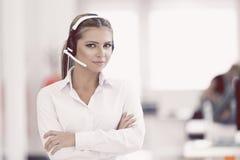 Θηλυκός χειριστής υποστήριξης πελατών με την κάσκα και το χαμόγελο Στοκ φωτογραφία με δικαίωμα ελεύθερης χρήσης
