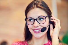 Θηλυκός χειριστής υποστήριξης πελατών με την κάσκα και το χαμόγελο Στοκ Εικόνα