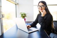 Θηλυκός χειριστής υποστήριξης πελατών με την κάσκα και χαμόγελο στην αρχή Στοκ φωτογραφία με δικαίωμα ελεύθερης χρήσης