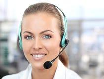 Θηλυκός χειριστής υποστήριξης πελατών με την κάσκα Στοκ Φωτογραφίες