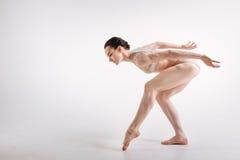 Θηλυκός χορευτής μπαλέτου που εκφράζει την κομψότητα στο στούντιο στοκ φωτογραφίες