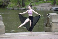 Θηλυκός χορευτής υπαίθρια Στοκ Φωτογραφία