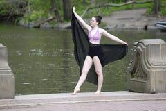 Θηλυκός χορευτής υπαίθρια Στοκ φωτογραφία με δικαίωμα ελεύθερης χρήσης
