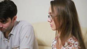 Θηλυκός ψυχολόγος που βοηθά το ανησυχημένο νέο ζεύγος Οικογενειακή θεραπεία απόθεμα βίντεο