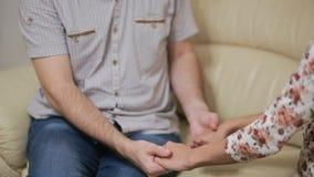 Θηλυκός ψυχολόγος που βοηθά το ανησυχημένο νέο ζεύγος Οικογενειακή θεραπεία φιλμ μικρού μήκους