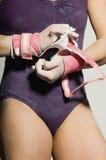 Θηλυκός Gymnast που φορά τις φρουρές φοινικών Στοκ Φωτογραφία