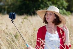 Θηλυκός selfy επαρχίας για τις ανώτερες μνήμες διακοπών Στοκ εικόνες με δικαίωμα ελεύθερης χρήσης