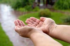 θηλυκό Ñ€ands παίρνει υγρό στη βροχή Στοκ Φωτογραφίες