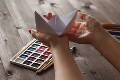Θηλυκό έτοιμο μάθημα educare do στο origami τεχνών εγγράφου στοκ φωτογραφίες