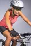 Θηλυκό ανακύκλωσης ποδήλατο βουνών αθλητών οδηγώντας και εξοπλισμένος με τις δημόσιες σχέσεις Στοκ Φωτογραφία