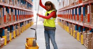 Θηλυκό απελπισμένο πάτωμα εργαζομένων αποθηκών εμπορευμάτων απόθεμα βίντεο