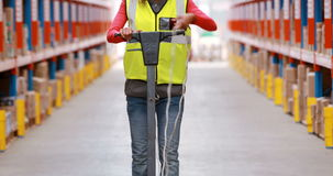 Θηλυκό αποθηκών εμπορευμάτων πάτωμα αποθηκών εμπορευμάτων εργαζομένων καθαρίζοντας φιλμ μικρού μήκους