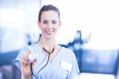 θηλυκό απομονωμένο εκμετάλλευση λευκό στηθοσκοπίων γιατρών ανασκόπησης Στοκ φωτογραφίες με δικαίωμα ελεύθερης χρήσης