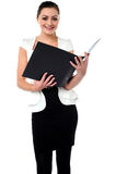 Θηλυκό αρχείο επιχειρήσεων αναθεώρησης γραμματέων στοκ φωτογραφία με δικαίωμα ελεύθερης χρήσης
