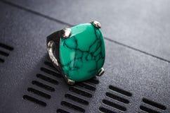 Θηλυκό δαχτυλίδι στο άσπρο υπόβαθρο Στοκ Εικόνες
