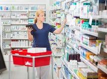 Θηλυκό ενημερώνοντας απόθεμα φαρμακοποιών στην ψηφιακή ταμπλέτα στοκ φωτογραφία με δικαίωμα ελεύθερης χρήσης