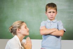 Θηλυκό ζητώντας συγγνώμη αγόρι δασκάλων στην τάξη Στοκ φωτογραφίες με δικαίωμα ελεύθερης χρήσης