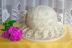 Θηλυκό θερινό καπέλο για την προστασία ενάντια στον ήλιο κατά τη διάρκεια του καλοκαιριού χ Στοκ εικόνες με δικαίωμα ελεύθερης χρήσης