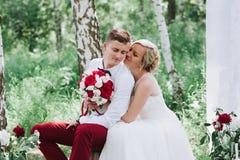Θηλυκό και αρσενικό πορτρέτο Κυρία και τύπος υπαίθρια Γαμήλιο ζεύγος ερωτευμένο, πορτρέτο κινηματογραφήσεων σε πρώτο πλάνο της νέ Στοκ Φωτογραφία