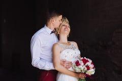 Θηλυκό και αρσενικό πορτρέτο Κυρία και τύπος υπαίθρια Γαμήλιο ζεύγος ερωτευμένο, πορτρέτο κινηματογραφήσεων σε πρώτο πλάνο της νέ Στοκ εικόνες με δικαίωμα ελεύθερης χρήσης