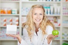 Θηλυκό κιβώτιο χαπιών εκμετάλλευσης φαρμακοποιών και η Apple Στοκ Εικόνες