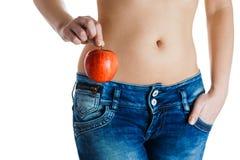 θηλυκό κοιλιών Χέρια γυναικών που κρατούν το κόκκινο μήλο IVF, εγκυμοσύνη, έννοια διατροφής στοκ εικόνα