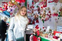 Θηλυκό κοντά στο μετρητή με τα δώρα Χριστουγέννων Στοκ φωτογραφίες με δικαίωμα ελεύθερης χρήσης