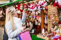 Θηλυκό κοντά στο μετρητή με τα δώρα Χριστουγέννων Στοκ Εικόνες