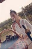 Θηλυκό κρασί κατανάλωσης Στοκ Εικόνες