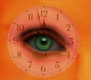 Θηλυκό μάτι με το πρόσωπο ρολογιών Στοκ φωτογραφία με δικαίωμα ελεύθερης χρήσης