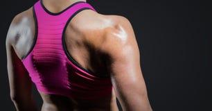 Θηλυκό μέσο τμήμα αθλητών στο σκοτεινό γκρίζο κλίμα Στοκ φωτογραφίες με δικαίωμα ελεύθερης χρήσης