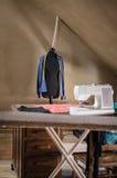 Θηλυκό μανεκέν στο ντεμοντέ δημιουργικό δωμάτιο στούντιο στοκ φωτογραφία με δικαίωμα ελεύθερης χρήσης