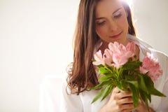 Θηλυκό με τα ρόδινα λουλούδια στοκ φωτογραφία με δικαίωμα ελεύθερης χρήσης