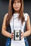 Θηλυκό με τη κάμερα ταινιών στοκ φωτογραφία