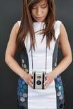 Θηλυκό με τη κάμερα ταινιών στοκ εικόνες με δικαίωμα ελεύθερης χρήσης