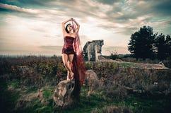 Θηλυκό μόδας στο απότομα κόκκινο φόρεμα Στοκ φωτογραφία με δικαίωμα ελεύθερης χρήσης