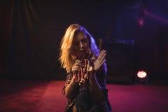 Θηλυκό ντέφι παιχνιδιού μουσικών στο νυχτερινό κέντρο διασκέδασης Στοκ εικόνα με δικαίωμα ελεύθερης χρήσης